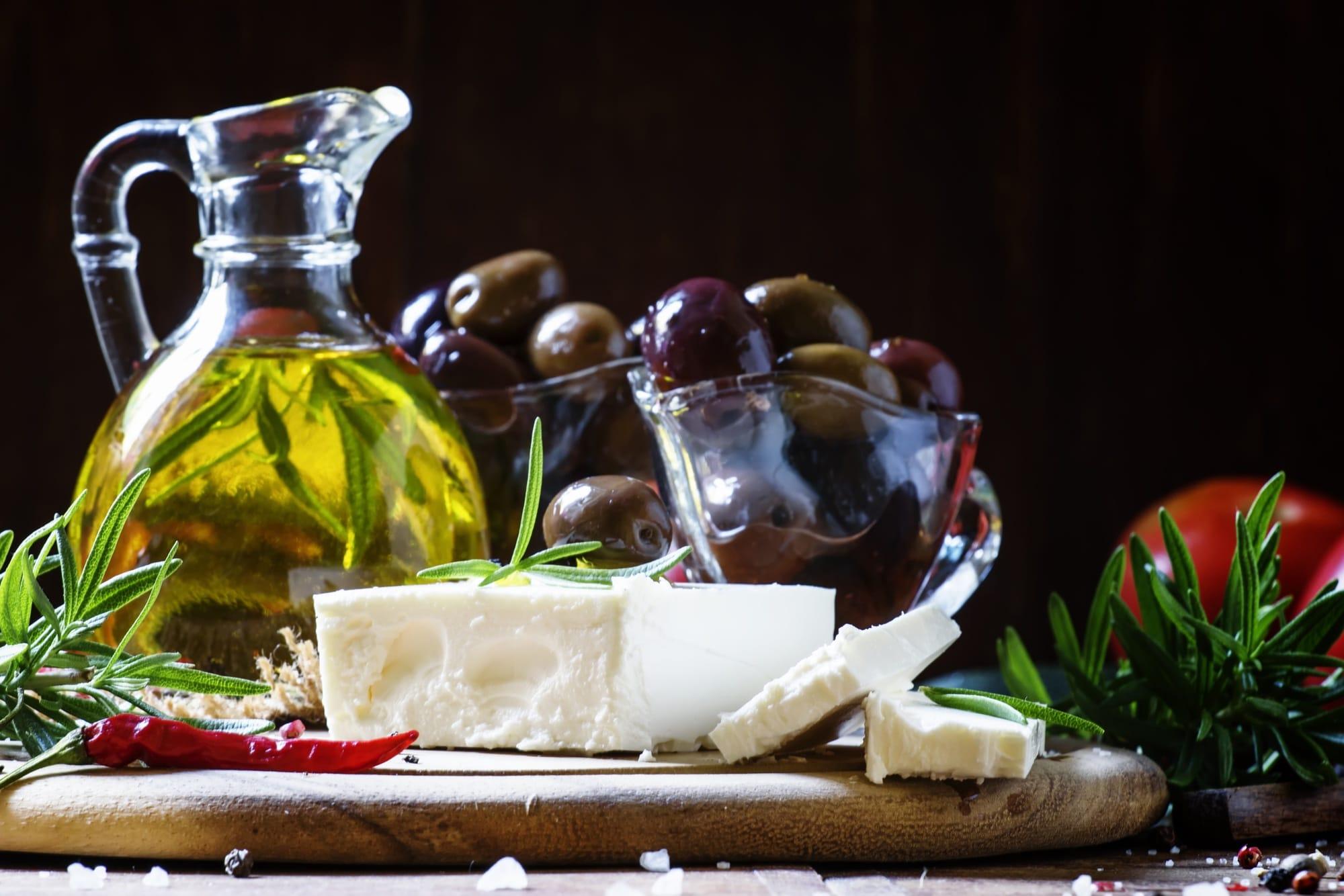 Feta sur un plateau avec huile d'olive